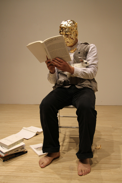 李牧 重读约瑟夫•博伊斯——如何向兔子解释今天   2011 Li Mu Re-performing Joseph Beuys---How to Explain Today to a Hare  2011