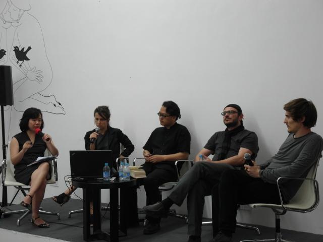 从左至右:译者,阿里亚纳•米歇尔(Ariane Michel),高士明,梅利克•瓦尼安(Melik Ohanian),于连•迪斯科里(Julien Discrit)