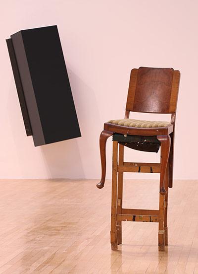 Angela de la Cruz 挺立Upright (2004) (前) 与 无题,把持1号Untitled Hold no 1 (2005)