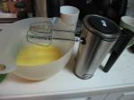 用家用手持搅拌器调到最高档,直到蛋液泡沫变厚