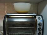 不用隔水打发的最简便的办法,调好蛋液之后放在预热的烤箱上温着,待会要加入面粉了再拿下来