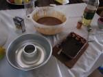 先后将混合酱同事先准备好的巧克力酱倒入蛋糕模具,所谓巧克力注心、软心蛋糕