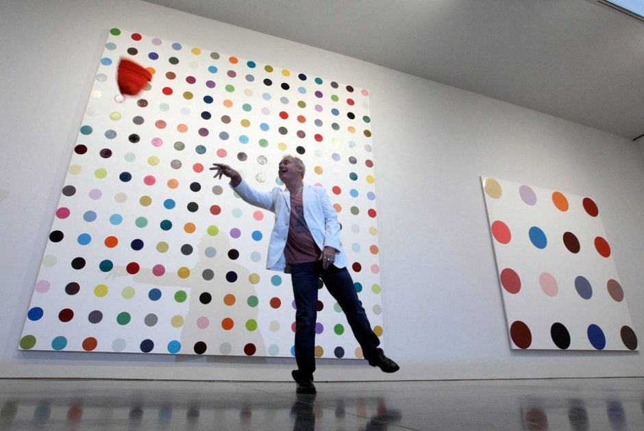 英国艺术家达明•赫斯特(Damien Hirst)在新闻发布会上扔帽子玩。AP摄影/Mary Altaffer.